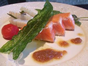 ますのすけ(キングサーモン)のセモリナ粉ソテー 紋甲イカのソテー 空心菜を添えて バーニャカウダのソース