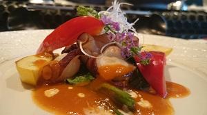 蛸と空芯菜のポワレ トマトガーリックのソースで