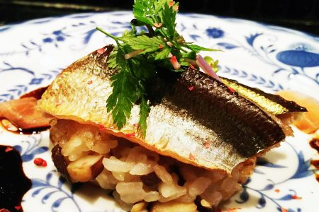 『 秋刀魚のスモークとキノコの焼きリゾット バルサミコの香りで 』です。